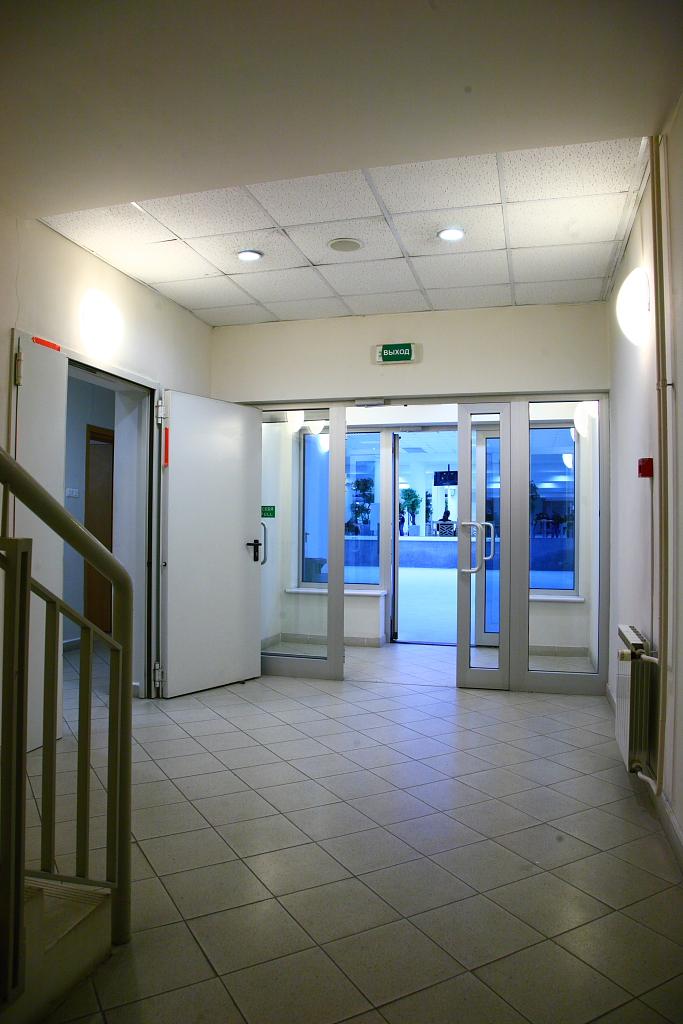 Фотография интерьера применения аварийных светильников SIRAN на светодиодах. Практически они являются указателями направления движения. : электромаркет интернет-магазин ELMAR Украина