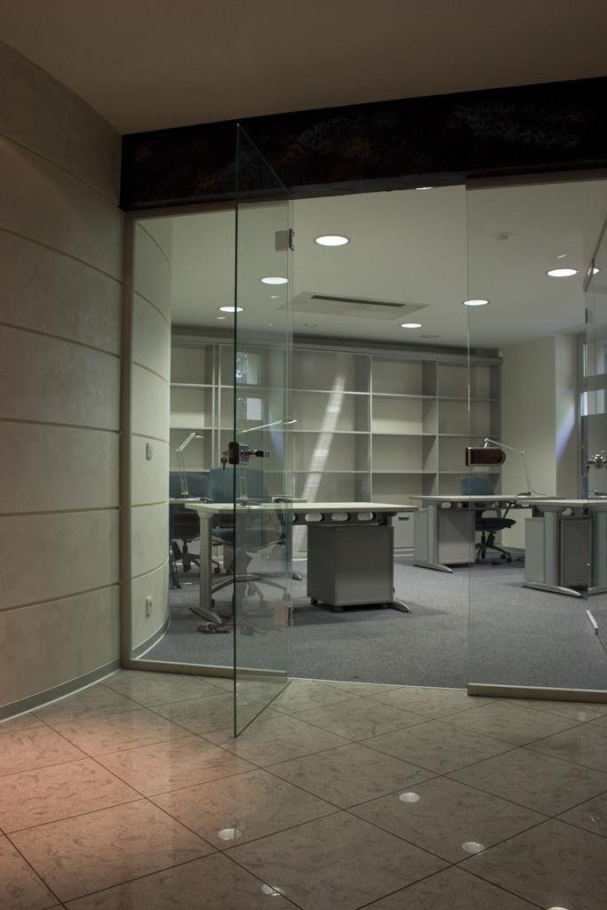 Фотография применения светодиодных светильников ROUND BLADE LED Lighting Technologies в интерьере офиса : электромаркет интернет-магазин ELMAR Украина